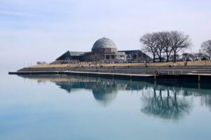 11.3.2007 - Das Observatorium über einem spiegelglatten Lake Michigan.