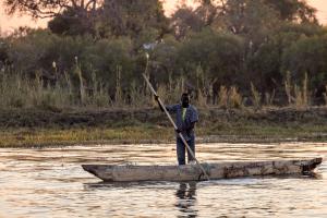 16.7. Chobe River Sunset Tour - Fischer im Einbaum