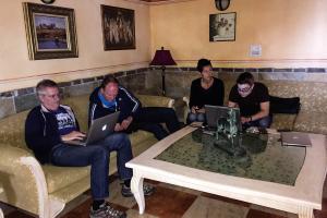 8.11. Bilder sichten im Hotel - Michael, Adrian, Birgit, Sebastian