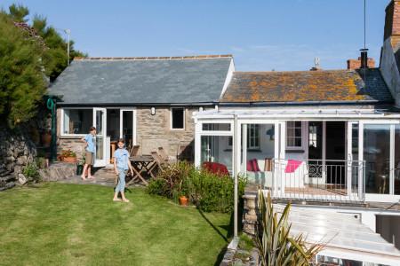 30.7.-13.8.: Compass Cottage