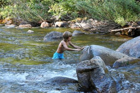 Wir klettern *durch* den Boulder Creek