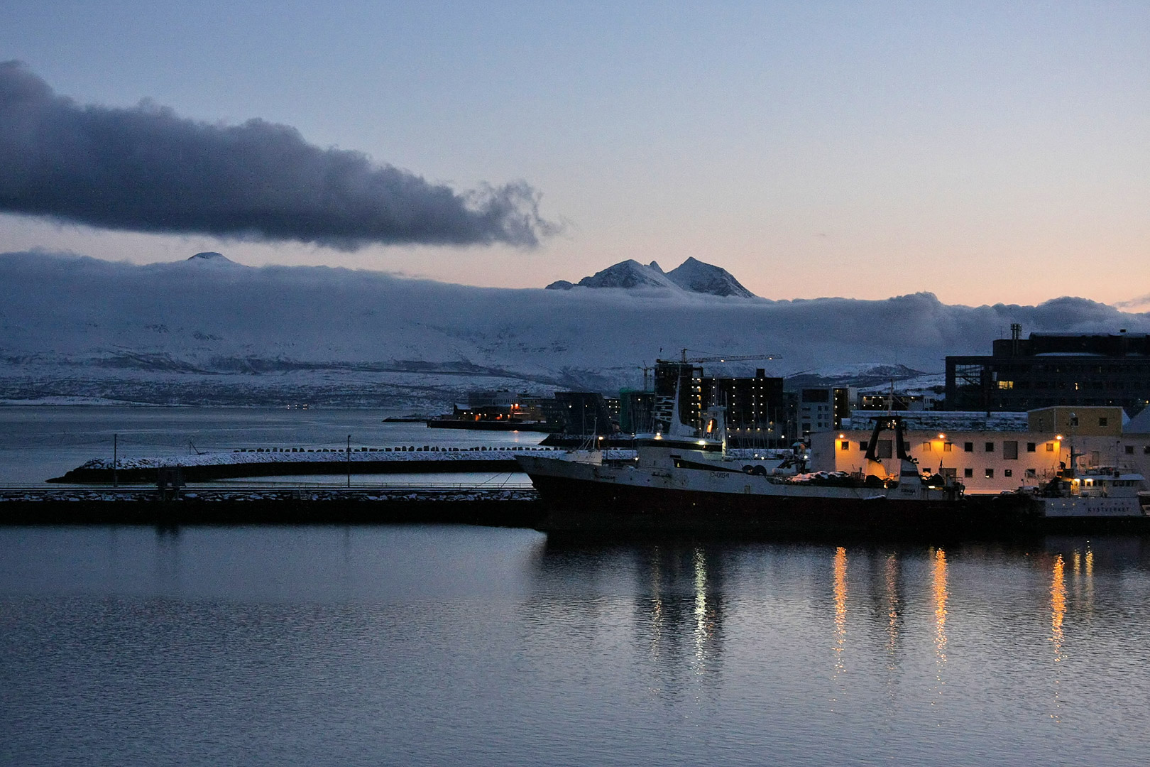 Ausfahrt aus Tromsø im Abendlicht