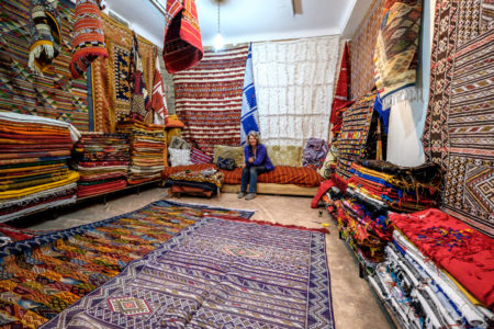 25.1.2017 - Teppichkauf in Marrakesch (ISO 8000, Lampenlicht)