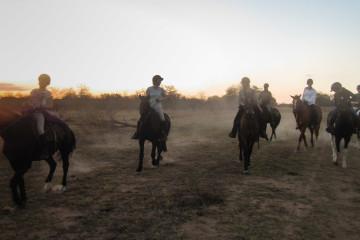 Ant's Hill - die Reiter kommen beim Sundowner an