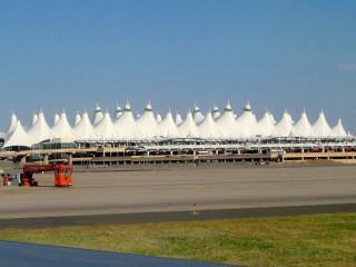 """Denver: Zwischenstation, """"Zelt""""-Flughafen."""