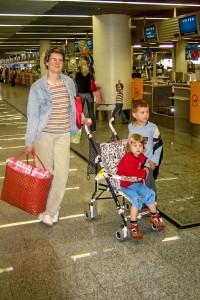 Via Frankfurt nach Iraklion, dann noch 1 Busstunde. Karla war 3, Luis fast 6.