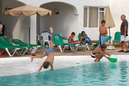 Sotavento Beach Club: Springen in den Pool :-)