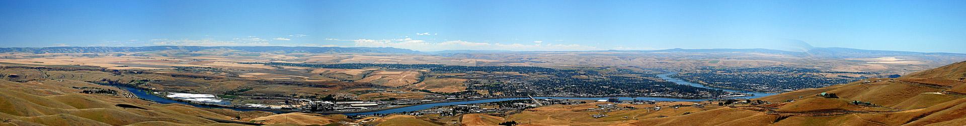 Blick auf Lewiston im Tal des Clearwater River. (Pano-Software von 2006 ;-)