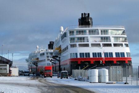 In Trondheim das baugleiche Schwesterschiff, die MS Midnatsol (hinten im Bild). Hier kann man den Balkon unserer Suite sehen - links, zweite von oben.