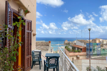 8.10.2020 - Unser Airbnb in Castellammare, kleine Frühstücksterrasse